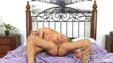 Парень устраивает по-настоящему жесткий секс для своей блондинки