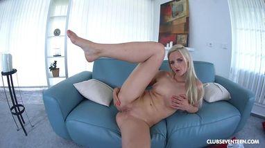 Очаровательная блондинка эротично мастурбирует на диване