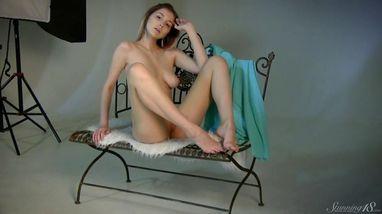 На эротической фотосессии красотка умела продемонстрировала свою пилотку
