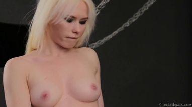 Блондинка вставляет пальцы в мокрую вагину и доводит себя до яркого оргазма