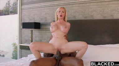 Шикарная блондинка занимается жарким сексом с негром и бурно кончает