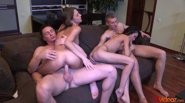 Девушки и парни устраивают страстный групповой секс и наслаждаются друг другом