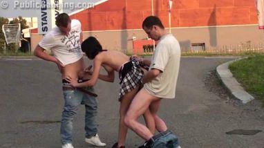 Парни публично занялись сексом втроем с похотливой красоткой в короткой юбке