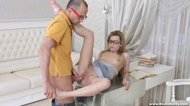 Уложив цыпочку на стол самец вгоняет свой ствол и радует ее жарким сексом