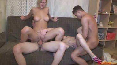 Две пары устраивают жаркий групповой секс на большом удобном диване