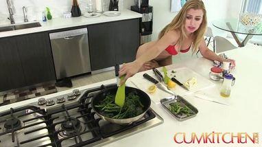 Повар на кухне раздел официантку и долго ебал на столе в ротик и ватрушку