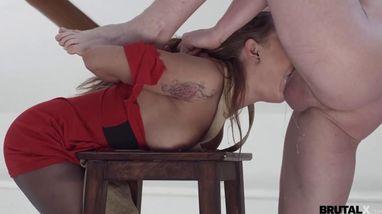 Художник на стуле натягивает натурщицу в красном платье на здоровый елдак